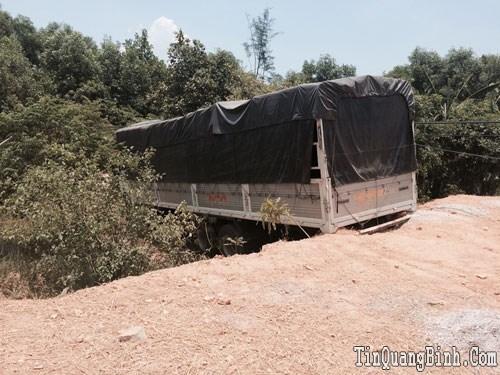 Hưng Thủy: Xe tải mất lái lao vào vườn nhà, người dân một phen hú vía