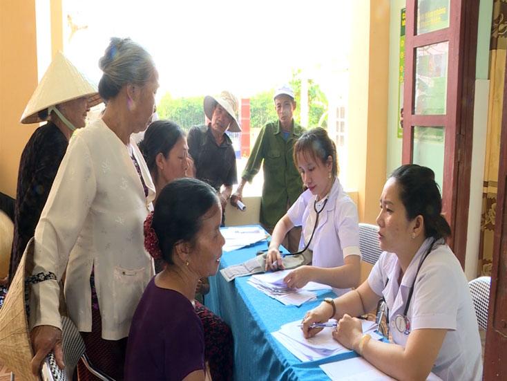 Khám, cấp phát thuốc miễn phí cho người dân xã Quảng Hải