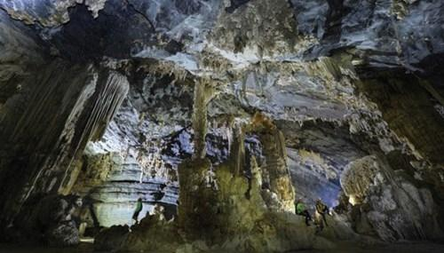 Khám phá thế giới hang động Tú Làn
