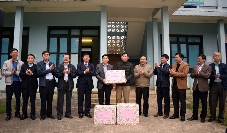 Khối thi đua các ban Đảng tỉnh trao quà hỗ trợ cho các xã khó khăn
