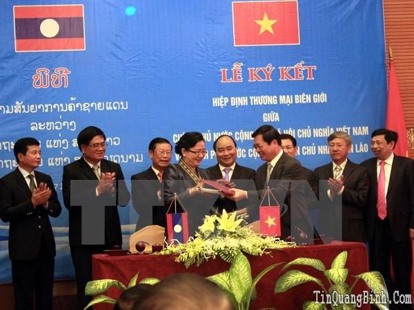 Ký Hiệp định thương mại biên giới giữa hai nước Việt Nam-Lào