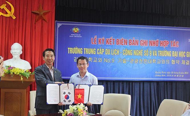 Ký kết biên bản hợp tác giữa trường Trung cấp Du lịch - Công nghệ số 9 với Trường đại học Gimhae
