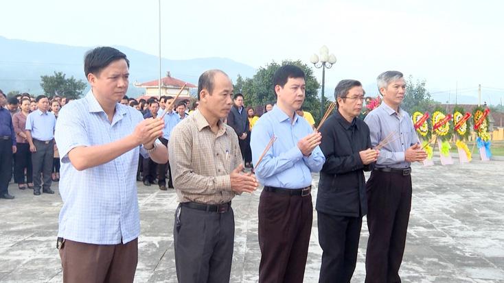 Lãnh đạo huyện Tuyên Hóa viếng nghĩa trang liệt sỹ nhân dịp tết Nguyên đán Canh Tý