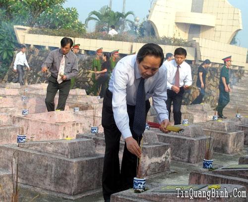 Lãnh đạo tỉnh viếng các anh hùng, liệt sỹ tại Nghĩa trang Liệt sỹ Ba Dốc