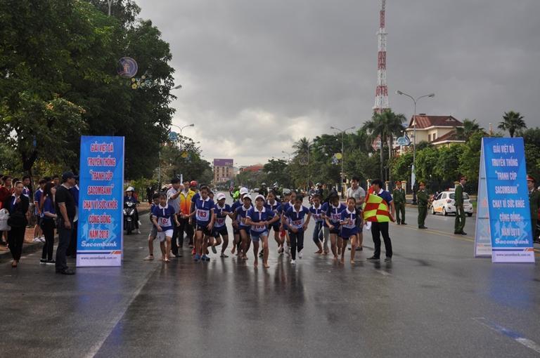 Lệ Thủy lên ngôi đầu giải việt dã 'Tranh cúp Sacombank - chạy vì sức khỏe cộng đồng'