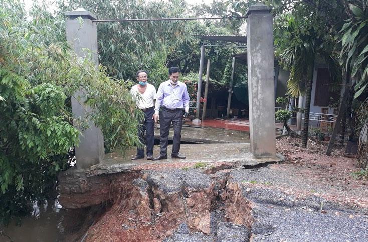 Lệ Thuỷ: Nhiều tuyến đường bị ngập nước, bờ sông Phú Hòa bị sạt lở khoảng 150m