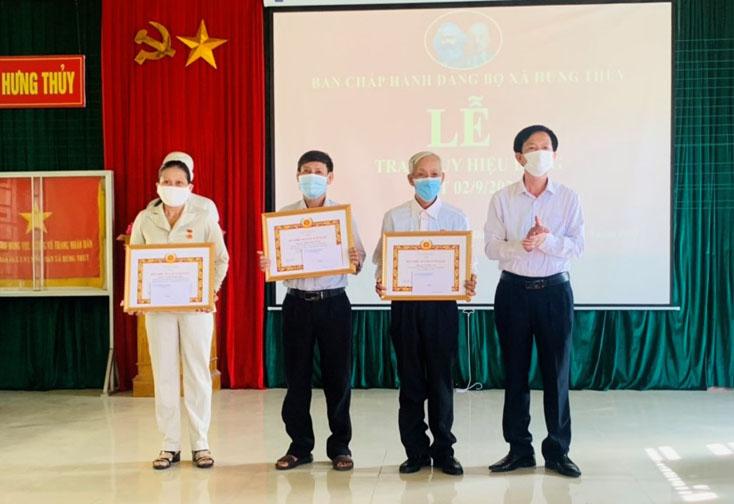 Lệ Thủy: Trao tặng Huy hiệu Đảng đợt 3 cho 229 đảng viên