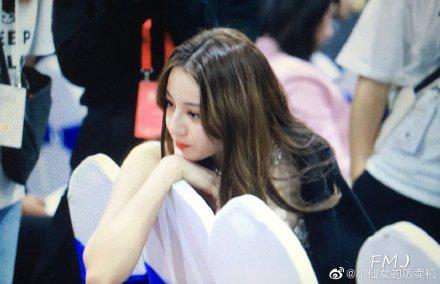 LHP Kim Kê 2019: Địch Lệ Nhiệt Ba nói chuyện với Dương Mịch, đập tan tin đồn bất hòa cùng đàn chị