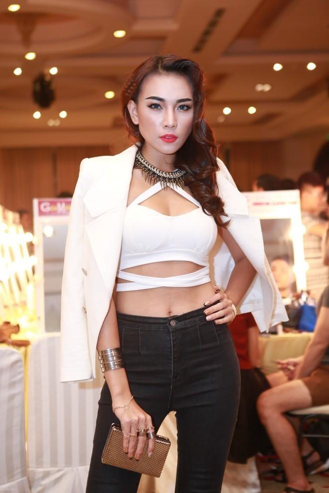 """Mặc áo siêu ngắn bé tí xíu, kiều nữ Việt khiến fan """"đứng hình"""""""