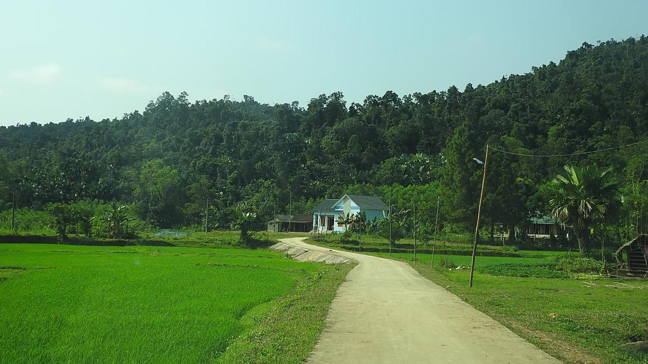 Minh Hóa: Mặc dân đi đường đất, chủ tịch xã dùng vốn trái phiếu làm đường bê tông về nhà riêng