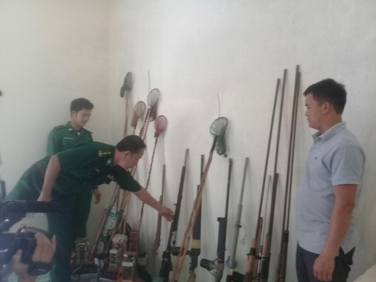 Minh Hóa: Người dân tự giác giao nộp 12 khẩu súng các loại