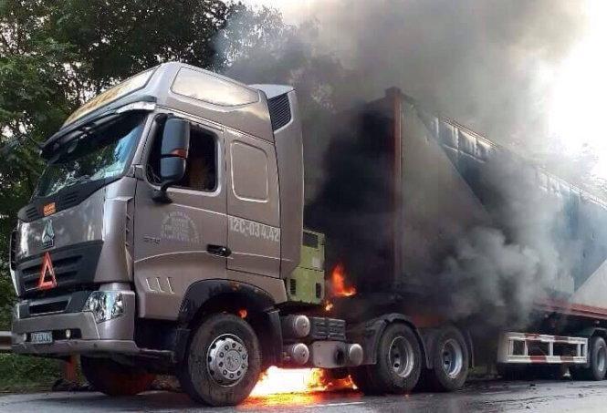 Minh Hóa: Xe đầu kéo cháy đùng đùng trên đường 12A, 100 người tham gia chữa cháy