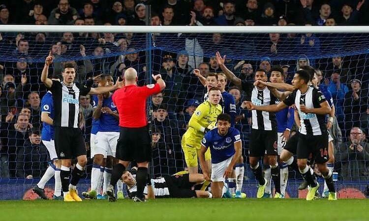 Newcastle hoà Everton nhờ hai bàn ở phút bù giờ