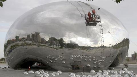 Nghệ sĩ Anh cáo buộc Trung Quốc 'đạo' biểu tượng 'Cổng mây' của Chicago