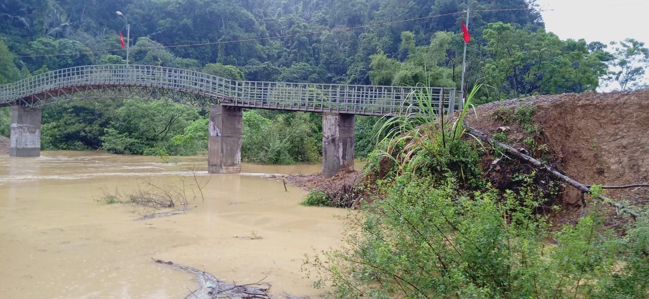 Nghiêm cấm người dân vào rừng và đánh bắt cá ở khe suối do mưa lũ