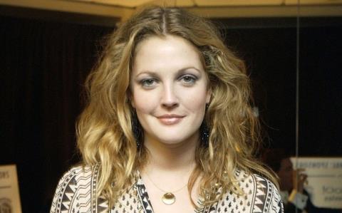 Ngôi sao điện ảnh Drew Barrymore xuất bản hồi ký mới về tuổi thơ tâm thần, rượu và ma túy