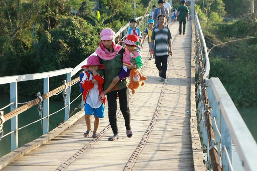 Người dân phải liều mình qua cầu treo 'tử thần' đến bao giờ?