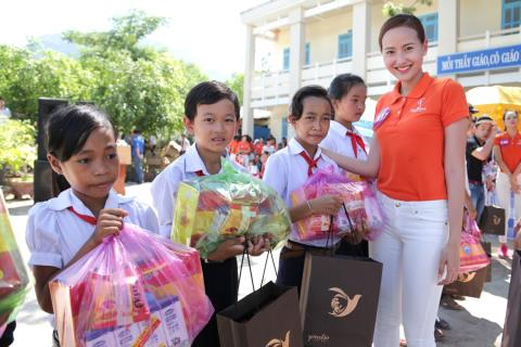 Người đẹp Hoa hậu Hoàn vũ Việt Nam 2015 tặng lồng đèn cho trẻ nghèo