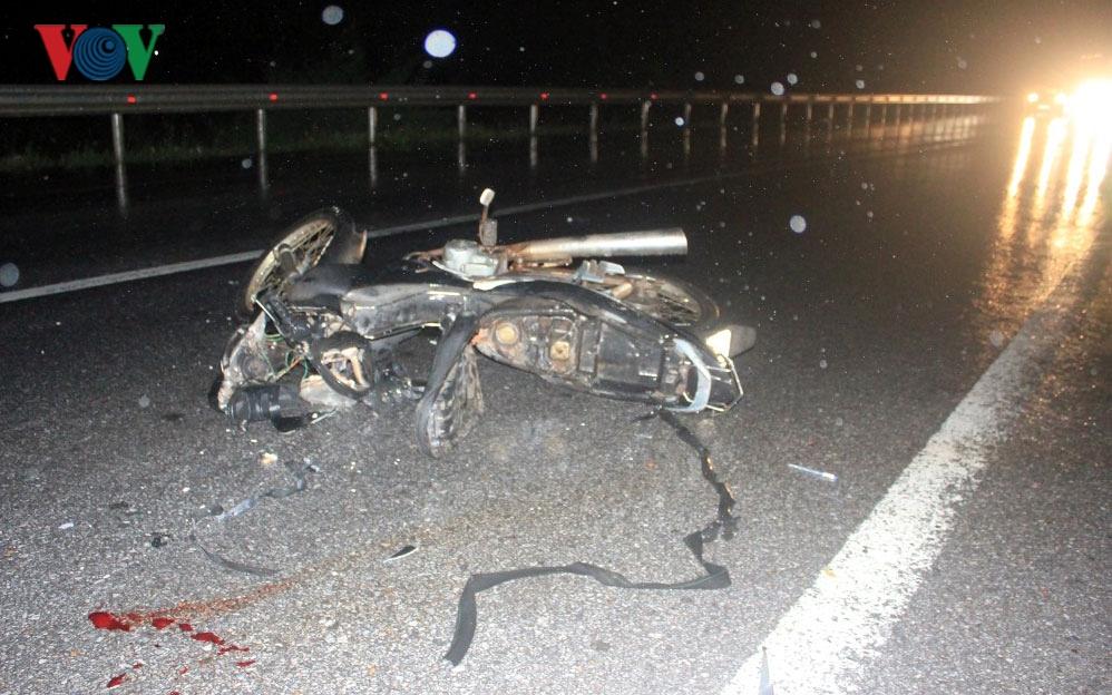 Ô tô đâm nát ba xe máy trên đường dẫn lên cầu Quán Hàu, 3 người nhập viện
