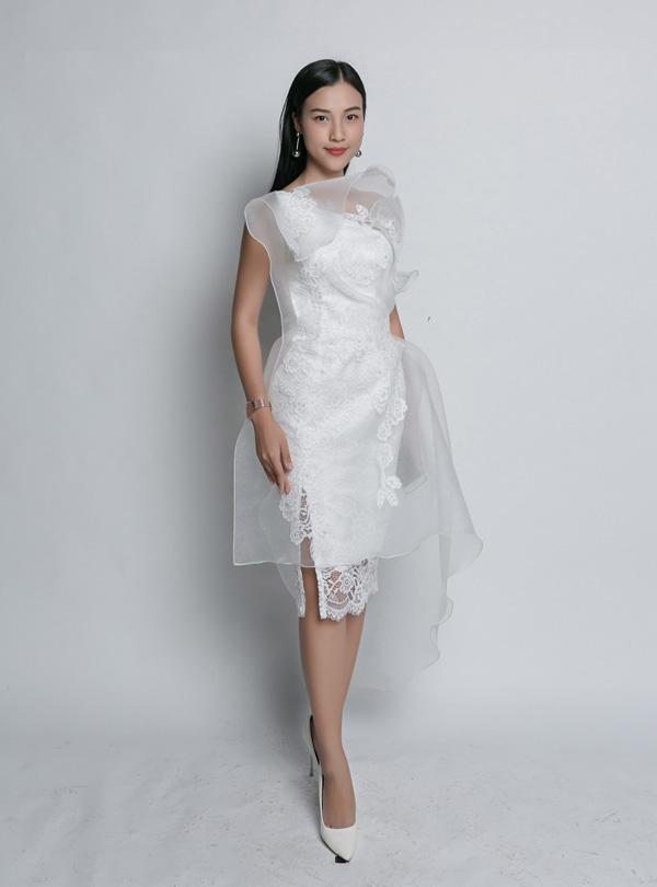 Oanh Yến, Nguyễn Thị Thành gợi cảm với thiết kế Võ Công Khanh