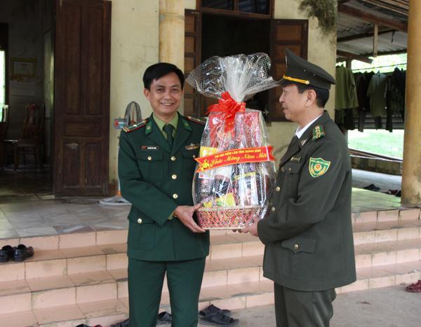 Phó Chủ tịch UBND tỉnh Lê Minh Ngân chúc Tết Trạm Kiểm tra liên ngành bảo vệ rừng Khe Đen