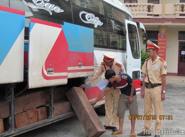 Quảng Bình bắt xe khách chở gần 3 khối gỗ lậu