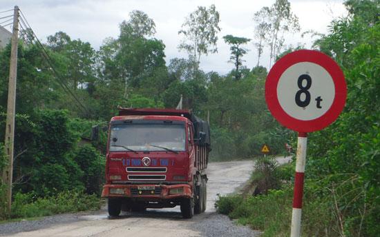 Quảng Bình: Cầu 8 tấn oằn mình cõng xe hàng chục tấn