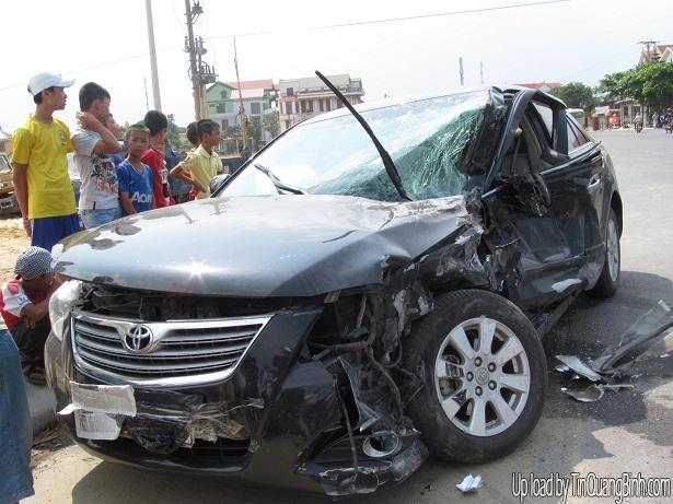 """Quảng Bình: Container """"đè"""" lên ô tô con, 4 người nguy kịch"""