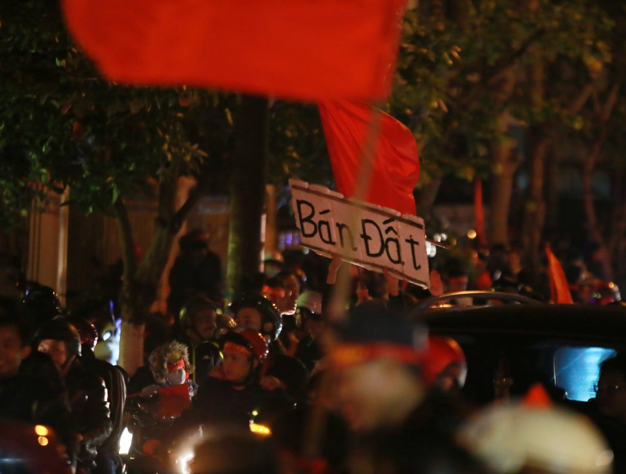 Quảng Bình: Hàng vạn người dân ra đường ăn mừng chiến thắng của đội tuyển VN