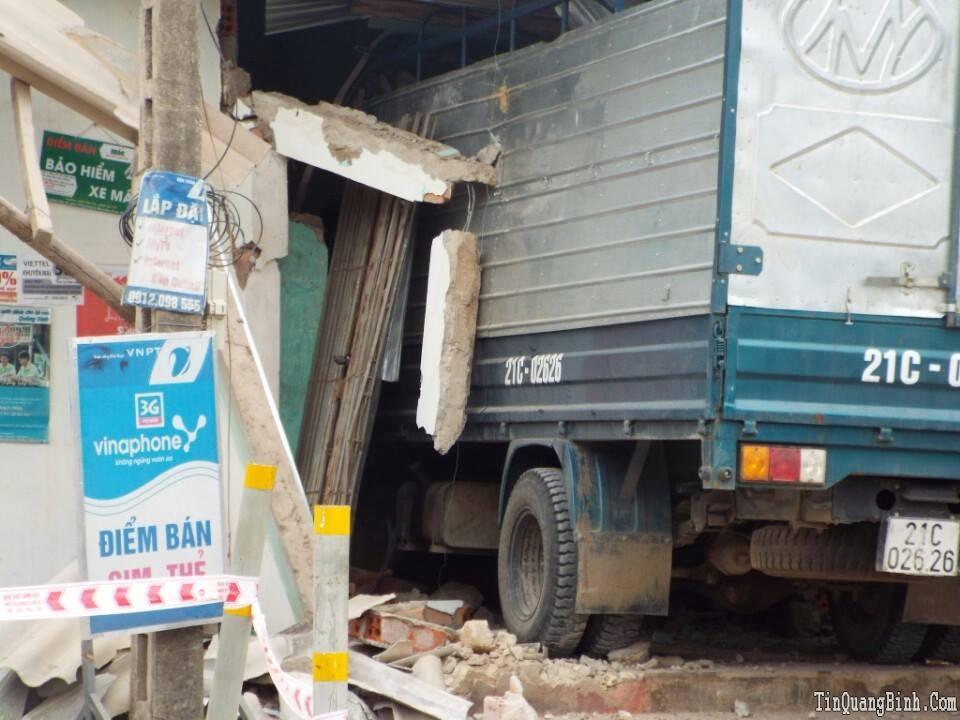 Quảng Bình: Hoảng hồn vì xe tải đâm sập nhà dân