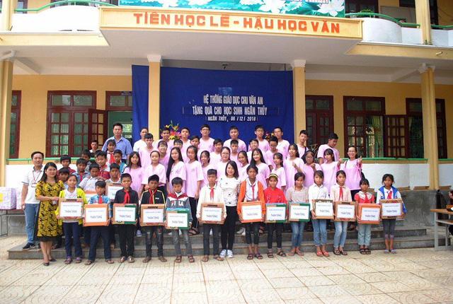 Quảng Bình: Những món quà ý nghĩa mang niềm vui đến với học sinh dân tộc