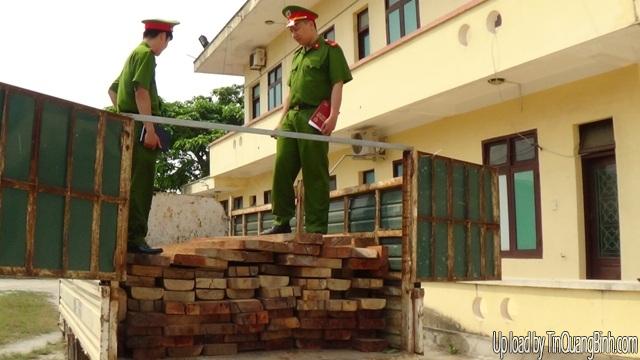 Quảng Bình: Tạm giữ xe chở 3m3 gỗ lậu