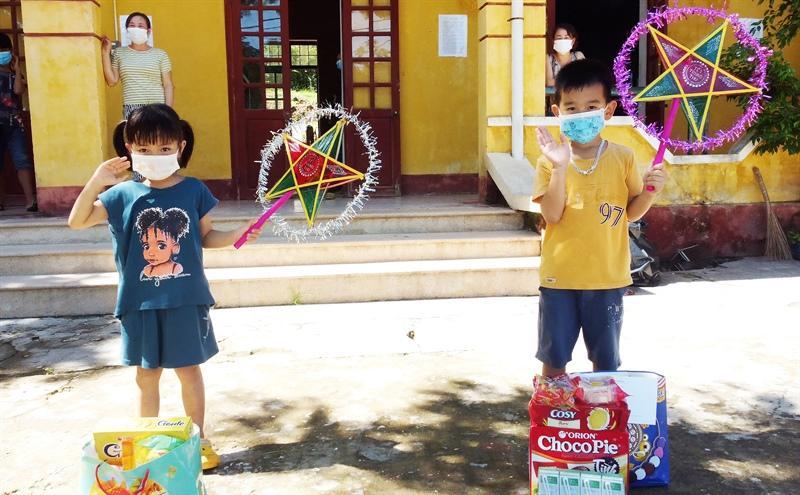 Quảng Bình: Tặng quà Tết Trung thu cho thiếu nhi ở nơi