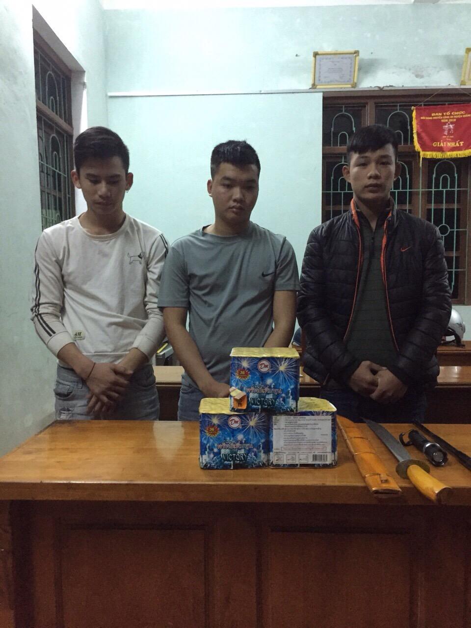 Quảng Ninh: Bắt 3 đối tượng mang kiếm, côn, dùi cui điện đi tiêu thụ pháo