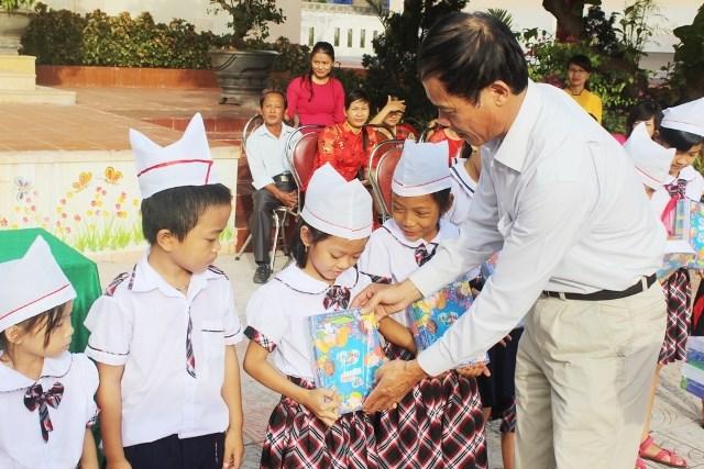 Quỹ Tấm lòng vàng Lao Động tặng 11 ngàn cuốn vở cho học sinh Quảng Bình