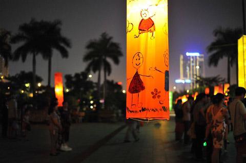 Rước trăng chơi phố cùng hàng trăm đèn lồng cỡ lớn