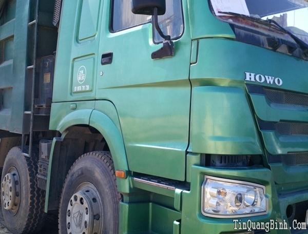 Tài xế xe quá tải cố thủ trong ca-bin chống lực lượng chức năng