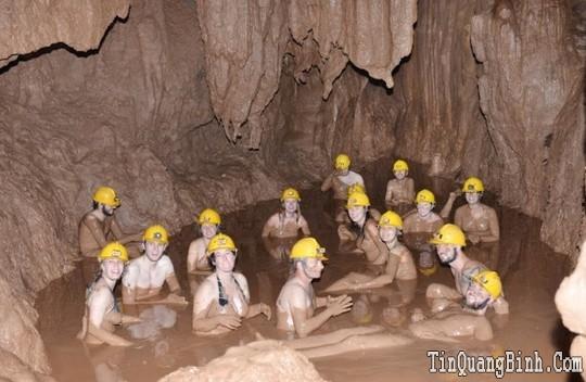 Tắm bùn ở hang Tối hấp dẫn khách nước ngoài