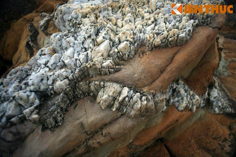 """Tận mục những tảng đá """"ngựa vằn"""" cực lạ ở bờ biển Quảng Bình"""