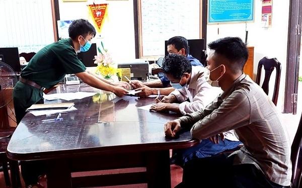Tặng Bằng khen cho 3 cá nhân phát hiện gần 8 tạ tiền xu ở vùng biển Vũng Chùa - Đảo Yến