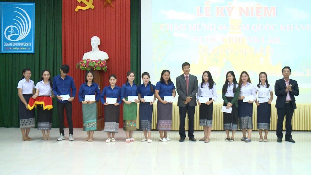 Tặng quà cho cán bộ, sinh viên Lào nhân Quốc khánh nước CHDCND Lào