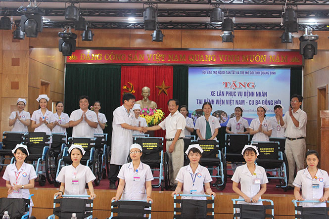 Tặng xe lăn cho Bệnh viện hữu nghị Việt Nam - Cu Ba Đồng Hới