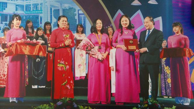 Tập thể phụ nữ Nhà Thiếu nhi Quảng Bình được tặng giải thưởng Phụ nữ Việt Nam