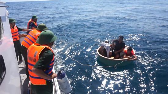 Tàu chìm trên biển, 4 ngư dân được BĐBP Quảng Bình đưa vào đất liền