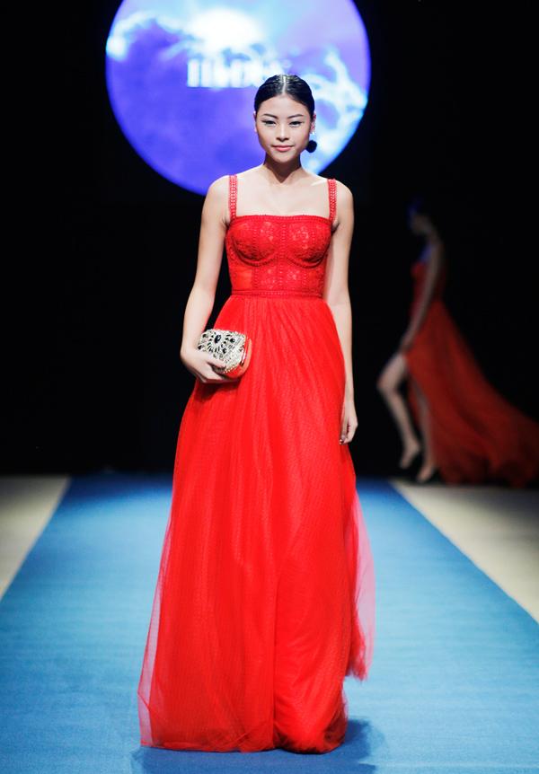 Thêm nổi bật với thiết kế đỏ nồng nàn của Hà Duy