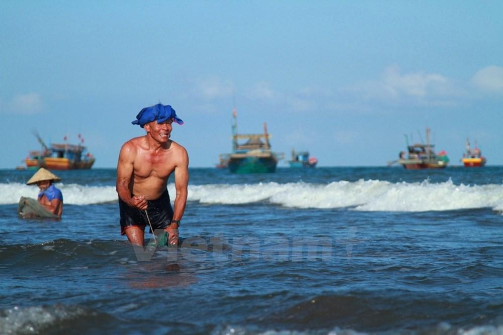 """Theo chân ngư dân 80 tuổi có cơ bắp cuồn cuộn đi """"săn ruốc"""""""