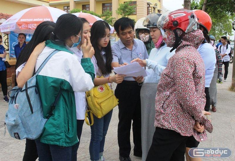 Thí sinh ở Quảng Bình bị khiển trách do nhìn bài bạn