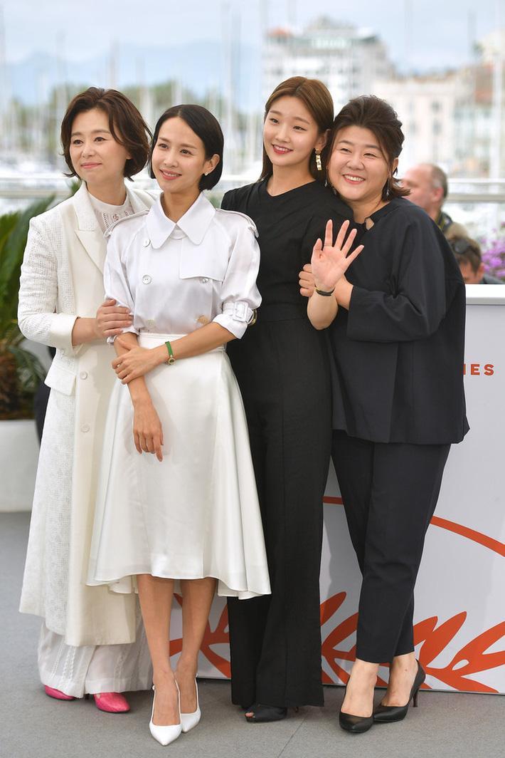 """""""Thiên tài lừa đảo"""" của Ký Sinh Trùng lột xác khỏi style """"bà thím"""", chiếm spotlight tại Oscar 2020 với bộ đầm chói chang rất ít sao Hàn dám diện"""