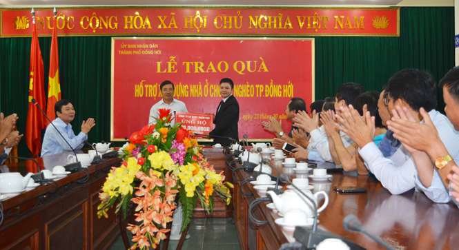 Thứ trưởng Bộ Thông tin-Truyền thông Trương Minh Tuấn trao quà hỗ trợ xây dựng nhà ở cho hộ nghèo