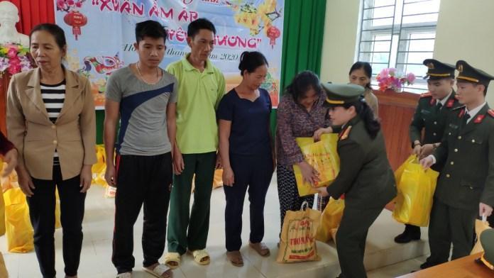 Tổ chức thăm hỏi, động viên Công an xã Hóa Sơn, xã Lương Ninh và trao quà các gia đình có hoàn cảnh khó khăn